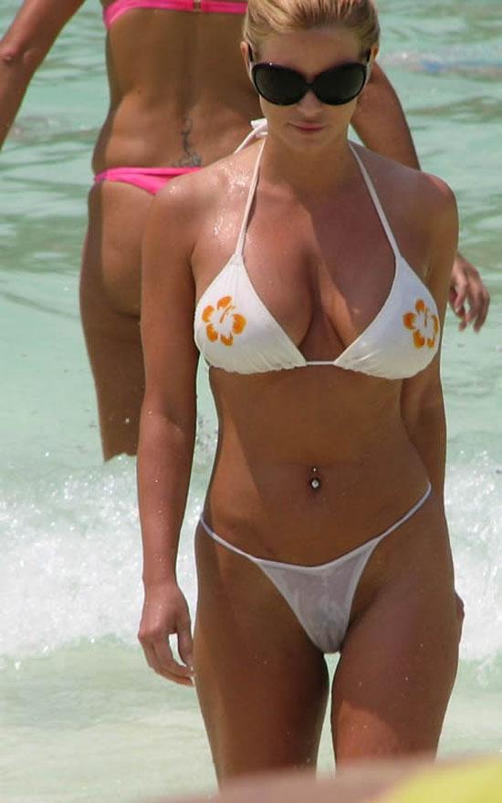 Фото большие груди в мини бикини