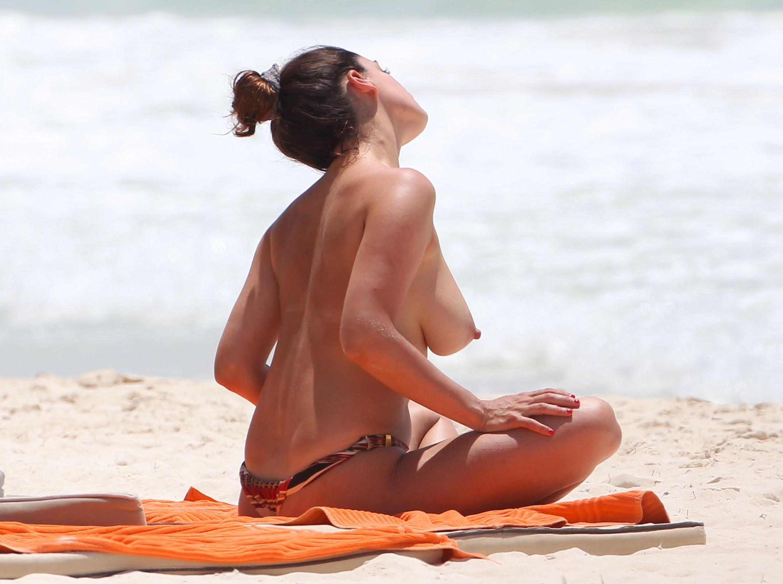 На пляже без нижнего девушки кончают смотреть